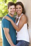 Jeunes couples romantiques à l'extérieur du bâtiment Image stock