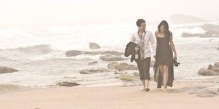 Jeunes couples romantiques Long Beach de marche Image libre de droits