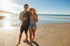 Jeunes couples romantiques marchant sur la plage Images stock