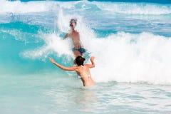 Jeunes couples romantiques s'étendant sur la plage sablonneuse Photographie stock libre de droits