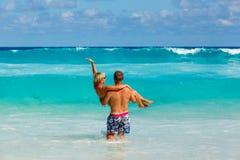 Jeunes couples romantiques s'étendant sur la plage sablonneuse Images libres de droits