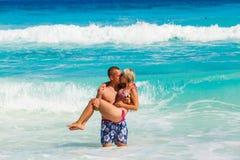 Jeunes couples romantiques s'étendant sur la plage sablonneuse Photos stock