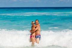 Jeunes couples romantiques s'étendant sur la plage sablonneuse Photos libres de droits