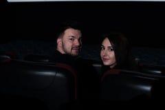 Jeunes couples romantiques se reposant dans la salle de cinéma Photographie stock libre de droits