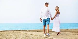 Jeunes couples romantiques sur la plage Images libres de droits