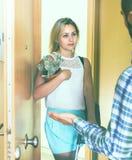 Jeunes couples séparant après querelle Image libre de droits