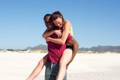 Jeunes couples s'amusant sur la plage Photo stock