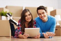 Jeunes couples s'chargeant de la relocalisation Image libre de droits
