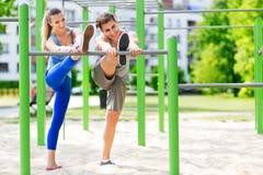 Jeunes couples s'exerçant dehors Images stock