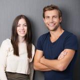 Jeunes couples sûrs heureux Images stock