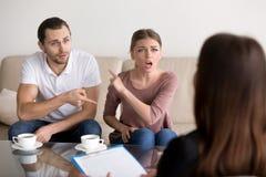 Jeunes couples se blâmant des problèmes, psych professionnel Photos libres de droits