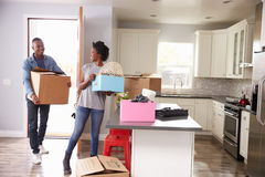 Jeunes couples se déplaçant dedans à la nouvelle maison ensemble photos stock