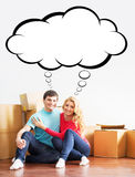 Jeunes couples se déplaçant une nouvelle maison Photographie stock libre de droits