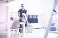 Jeunes couples se déplaçant une nouvelle maison photographie stock