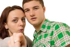 Jeunes couples se dirigeant à l'appareil-photo Image libre de droits