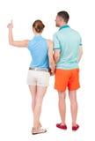 Jeunes couples se dirigeant à la vue arrière wal Image stock