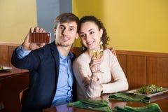 Jeunes couples se photographiant sur votre smartphone pour le dinne Photos stock