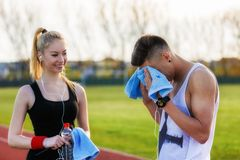 jeunes couples se reposant après fonctionnement Photographie stock