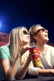 Jeunes couples se reposant au cinéma, observant un film Photographie stock libre de droits