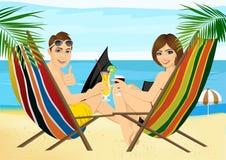 Jeunes couples se reposant dans des chaises de plate-forme sur le grillage de plage Photographie stock libre de droits