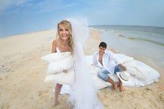 Jeunes couples se reposant dans le lit Images libres de droits