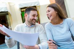 Jeunes couples se reposant dans un café appréciant en café Images stock