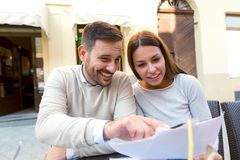 Jeunes couples se reposant dans un café appréciant en café Images libres de droits