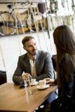 Jeunes couples se reposant dans un café et parler Image stock