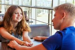Jeunes couples se reposant en café Photos libres de droits
