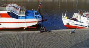 Jeunes couples se reposant en des embarcations de plaisance à Prague photos stock