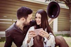 Jeunes couples se reposant en parc de ville Images libres de droits