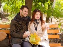 Jeunes couples se reposant en parc et examinant la distance et le sourire Automne Photos libres de droits
