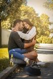 Jeunes couples se reposant en stationnement Photo libre de droits