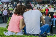 Jeunes couples se reposant sur l'herbe Photographie stock