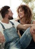 Jeunes couples se reposant sur le divan et rêvant de l'avenir Photo libre de droits