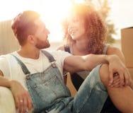 Jeunes couples se reposant sur le divan et rêvant de l'avenir Photos stock