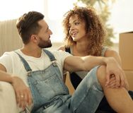 Jeunes couples se reposant sur le divan et rêvant de l'avenir Images stock
