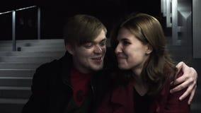 Jeunes couples se reposant sur parler d'étapes Homme attirant caucasien de couples affectueux et belle femme s'asseyant sur la vi clips vidéos
