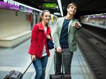 Jeunes couples se tenant à la station de métro Image stock