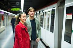 Jeunes couples se tenant à la station de métro Photos libres de droits