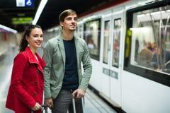 Jeunes couples se tenant à la station de métro Images stock