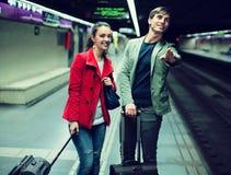 Jeunes couples se tenant à la station de métro Photographie stock libre de droits