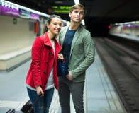 Jeunes couples se tenant à la station de métro Photos stock
