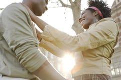 Ville de coucher du soleil de couples. Images stock