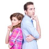 Jeunes couples se tenant de nouveau au dos. Images libres de droits