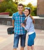 Jeunes couples se tenant dehors Image stock
