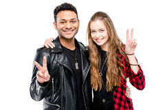 Jeunes couples se tenant embrassants et montrants le signe de paix d'isolement sur le blanc Photographie stock libre de droits