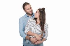 Jeunes couples se tenant embrassants et souriants à l'un l'autre Images stock