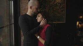Jeunes couples se tenant près de la fenêtre panoramique clips vidéos