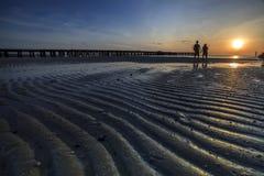 Jeunes couples se tenant sur la plage Images stock